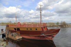 Ενδιαφέρουσα μικρή βάρκα στην αποβάθρα Στοκ φωτογραφία με δικαίωμα ελεύθερης χρήσης