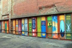 Ενδιαφέρουσα τέχνη οδών, με τα βιβλία που χρωματίζονται σε παλαιό, τουβλότοιχος, Βοστώνη, μάζα, 2016 Στοκ Εικόνες