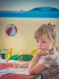 Ενδιαφερόμενη αλεπού χρωματισμού μικρών κοριτσιών Στοκ φωτογραφία με δικαίωμα ελεύθερης χρήσης