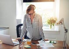 Ενδιαφερόμενη επιχειρηματίας που μελετά το lap-top της Στοκ εικόνες με δικαίωμα ελεύθερης χρήσης