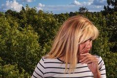 Ενδιαφερόμενη ώριμη γυναίκα Στοκ εικόνα με δικαίωμα ελεύθερης χρήσης