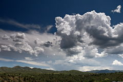 Εν μέρει νεφελώδεις ουρανοί πέρα από την κοιλάδα Prescott, Αριζόνα Στοκ Εικόνες