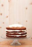 Εν μέρει παγωμένο κέικ σε μια στάση γυαλιού, διακόσμηση στη διαδικασία Στοκ Εικόνα