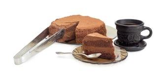 Εν μέρει τεμαχισμένοι κέικ και καφές σοκολάτας στο ελαφρύ υπόβαθρο Στοκ φωτογραφία με δικαίωμα ελεύθερης χρήσης