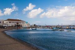 Εν πλω λιμένας βαρκών στα mykonos, Ελλάδα Εκκλησία και σπίτια στο ψαροχώρι με τη συμπαθητική αρχιτεκτονική Παραλία θάλασσας στο μ Στοκ Φωτογραφίες