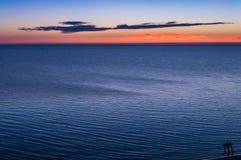 Εν πλω ακτή ανατολής ζωηρόχρωμος ουρανός Στοκ Εικόνες