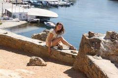 Εν πλω ακτή γυναικών συνεδρίασης στο νησί Στοκ φωτογραφία με δικαίωμα ελεύθερης χρήσης