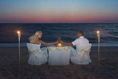 Εν πλω παραλία ζεύγους κατά τη διάρκεια του ρομαντικού γεύματος πολυτέλειας, με τα κεριά Στοκ φωτογραφίες με δικαίωμα ελεύθερης χρήσης