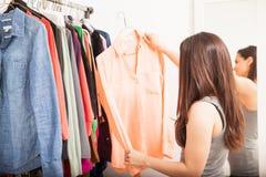 Ενδύματα αγοράς γυναικών σε μια πώληση Στοκ Εικόνες