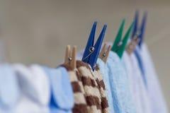 Ενδύματα εκμετάλλευσης Clothespins στη σκοινί για άπλωμα Στοκ εικόνα με δικαίωμα ελεύθερης χρήσης