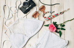 Ενδύματα θερινών κοριτσιών μόδας που τίθενται με τη κάμερα και τα εξαρτήματα Θερινή εξάρτηση Καθιερώνοντα τη μόδα γυαλιά ηλίου μό Στοκ Εικόνα