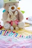 Ενδύματα και παιχνίδια μωρών Στοκ Εικόνα