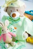 Ενδύματα και παιχνίδια μωρών Στοκ Εικόνες