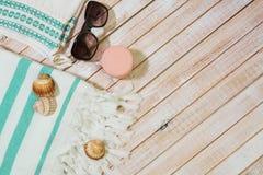 Ενδύματα κοριτσιών θερινής μόδας καθορισμένα η συλλογή για την παραλία επιζητά επάνω Στοκ φωτογραφίες με δικαίωμα ελεύθερης χρήσης