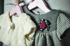Ενδύματα μωρών, έννοια της μόδας παιδιών Επίπεδος βάλτε τον ιματισμό και τα εξαρτήματα παιδιών ` s Υπόβαθρο προτύπων μωρών με το  Στοκ Φωτογραφίες