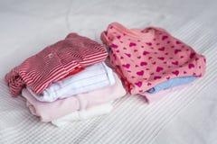 ενδύματα μωρών που τίθενται στοκ φωτογραφίες με δικαίωμα ελεύθερης χρήσης