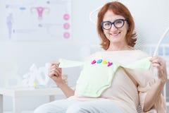 Ενδύματα μωρών στην κοιλιά Στοκ Φωτογραφία