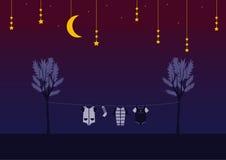 Ενδύματα μωρών στο clothespin στο νυχτερινό ουρανό, σχέδιο για τις κάρτες παιδιών Στοκ Εικόνες