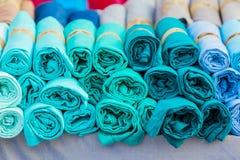 Ενδύματα πουκάμισων που κρεμούν στο ράφι. Στοκ Εικόνες