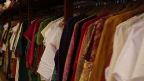Ενδύματα που βρίσκονται στα ράφια στο κατάστημα απόθεμα βίντεο