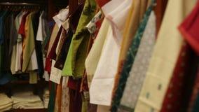 Ενδύματα που βρίσκονται στα ράφια στο κατάστημα φιλμ μικρού μήκους