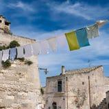 Ενδύματα που κρεμούν στη σκοινί για άπλωμα σε $matera, Ιταλία Στοκ Εικόνα
