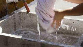 Ενδύματα πλύσης χεριών στο υπαίθριο πλυντήριο απόθεμα βίντεο