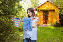 Ενδύματα των όμορφων παιδιών εγκύων γυναικών υπαίθριων κρεμώντας Στοκ φωτογραφίες με δικαίωμα ελεύθερης χρήσης