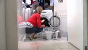 Ενδύματα φόρτωσης γυναικών στο πλυντήριο φιλμ μικρού μήκους