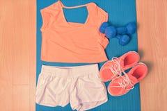 Ενδύματα Workout - εξάρτηση ικανότητας και τρέχοντας παπούτσια Στοκ φωτογραφία με δικαίωμα ελεύθερης χρήσης