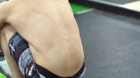 Εξάντληση crossfit workout κίνηση αργή Νέος αθλητής που εκπαιδεύει ενεργά φιλμ μικρού μήκους