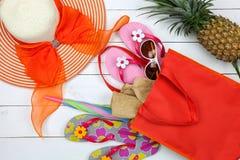 Εξάρτημα παραλιών, καπέλο, γυαλιά ηλίου, παπούτσια, ομπρέλα, γυναικείο καπέλο παραλιών και Στοκ εικόνα με δικαίωμα ελεύθερης χρήσης