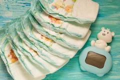 Εξάρτημα που τίθεται για τις μίας χρήσης πάνες μωρών σε ένα τυρκουάζ δέντρο υποβάθρου Στοκ φωτογραφία με δικαίωμα ελεύθερης χρήσης
