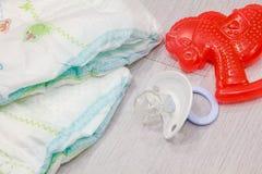 Εξάρτημα που τίθεται για τις μίας χρήσης πάνες μωρών στο γκρίζο δέντρο υποβάθρου, στοιχεία για την προσοχή μωρών Βάλτε την πάνα π Στοκ Εικόνα
