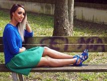 Εξάρτηση άνοιξη - γυναίκα με τη φούστα, το πουκάμισο και τα σανδάλια στοκ εικόνες