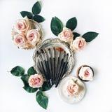 Εξάρτηση βουρτσών, ρόδινα τριαντάφυλλα, εκλεκτής ποιότητας δίσκος και αναδρομικό πιάτο στο άσπρο υπόβαθρο στοκ εικόνες