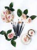 Εξάρτηση βουρτσών, ρόδινα τριαντάφυλλα, εκλεκτής ποιότητας δίσκος και αναδρομικό πιάτο στο άσπρο υπόβαθρο στοκ εικόνα με δικαίωμα ελεύθερης χρήσης