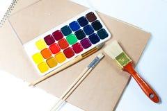 Εξάρτηση και βούρτσες Watercolor με το έγγραφο στοκ εικόνες