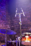 Εξάρτηση και μικρόφωνο τυμπάνων στη σκηνή Στοκ εικόνα με δικαίωμα ελεύθερης χρήσης