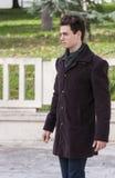 Εξάρτηση μόδας, όμορφος νεαρός άνδρας που περπατά - ελαφριά χρώματα Στοκ εικόνα με δικαίωμα ελεύθερης χρήσης