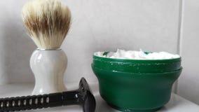 Εξάρτηση ξυρίσματος σε έναν νεροχύτη Στοκ Φωτογραφία