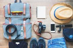 Εξάρτηση του ταξιδιώτη νεαρών άνδρων, κάμερα, κινητή συσκευή, γυαλιά ηλίου Υπερυψωμένος πυροβολισμός των προϊόντων πρώτης ανάγκης Στοκ φωτογραφία με δικαίωμα ελεύθερης χρήσης