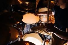 Εξάρτηση τυμπάνων κατά τη διάρκεια της κινηματογράφησης σε πρώτο πλάνο συναυλίας Στοκ φωτογραφίες με δικαίωμα ελεύθερης χρήσης