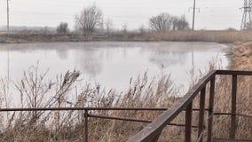 Εξάτμιση του απόβλητου ύδατος στη λίμνη απόθεμα βίντεο