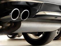 Εξάτμιση του αυτοκινήτου στην κινηματογράφηση σε πρώτο πλάνο καταστημάτων εμπόρων αυτοκινήτων Στοκ φωτογραφία με δικαίωμα ελεύθερης χρήσης