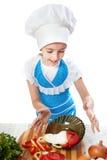 Εξέπληξε λίγο μάγειρα που ρίχνει ένα πιάτο με τη σαλάτα Στοκ Φωτογραφίες