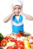 Εξέπληξε λίγο μάγειρα που ρίχνει ένα πιάτο με τη σαλάτα Στοκ εικόνα με δικαίωμα ελεύθερης χρήσης