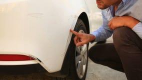 Εξέταση ένα χαλασμένο όχημα Το άτομο επιθεωρεί τη ζημία αυτοκινήτων μετά από ένα ατύχημα απόθεμα βίντεο