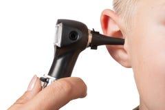 Εξέταση με το ωτοσκόπιο στοκ φωτογραφία με δικαίωμα ελεύθερης χρήσης