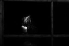 Εξέταση μια προκλητική nude γυναίκα μέσω ενός παραθύρου Στοκ Εικόνες